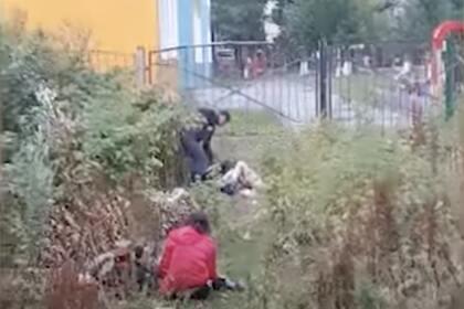 Россияне занялись сексом в кустах у детского сада и спровоцировали драку